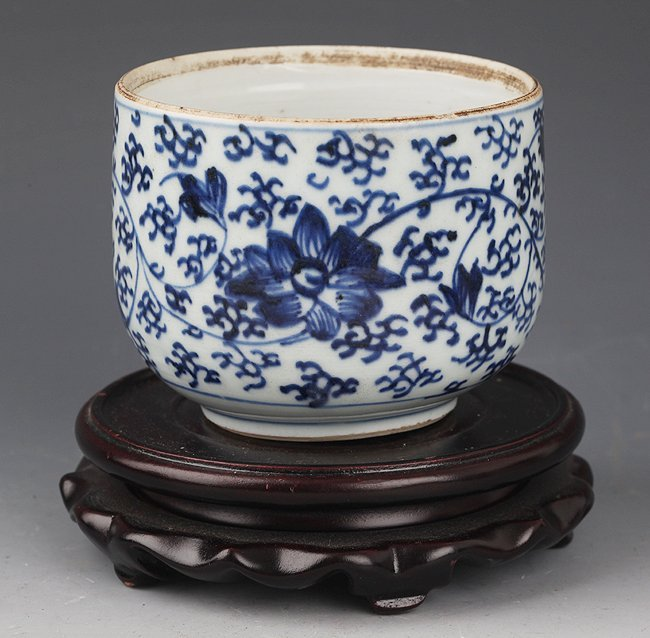 A FLOWER BLUE AND WHITE PORCELAIN CUP