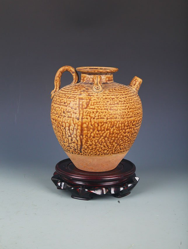 A YELLOW COLOR GLAZE POTTERY JAR