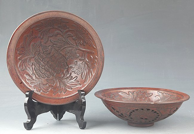 A PAIR OF FINELY CARVED PORCELAIN BOWL