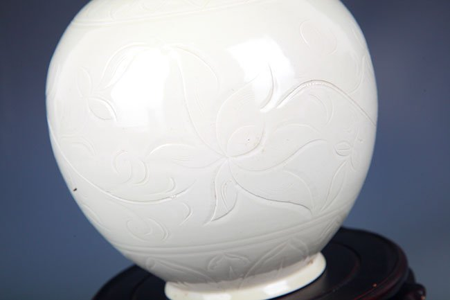 A DING YAO FLOWER CARING ROUND PORCELAIN BOTTLE - 3