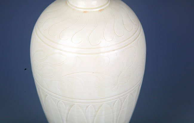 A DING YAO FLOWER ENGRAVED WIDE TOP JAR - 4