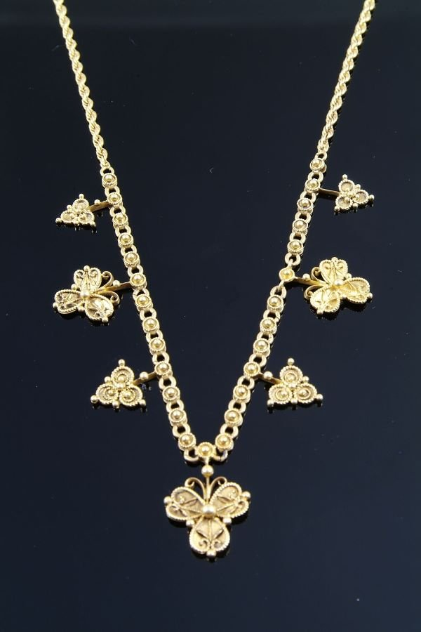1013: A late Victorian gold necklace, circa 1890, the c