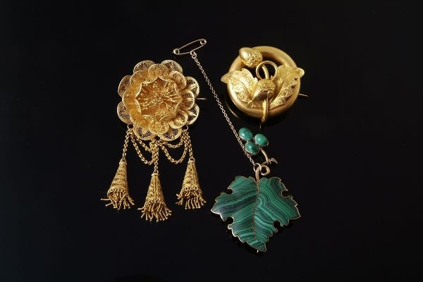 1014: A late Victorian gold brooch, circa 1880, designe