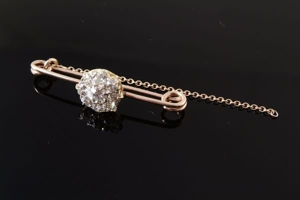 1019: A late Victorian diamond cluster brooch, set with