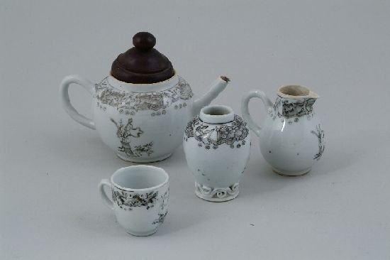 2009: A Chinese export porcelain toy part teaset, each
