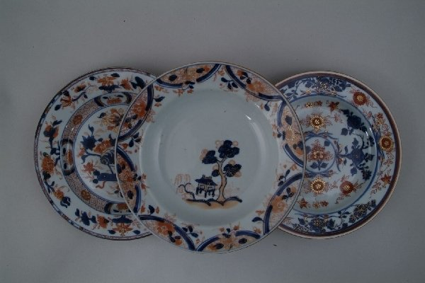 2014: A Chinese Imari dish, centrally painted with a pa