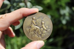 Graceful French bronze medal - Monnais de Paris, 1900