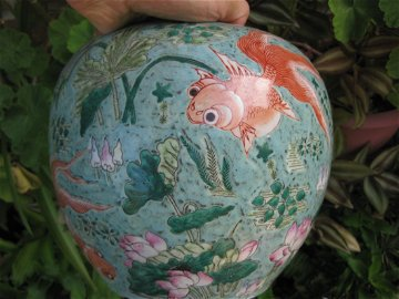 Qianlong mark, Chinese porcelain jar w golden fish