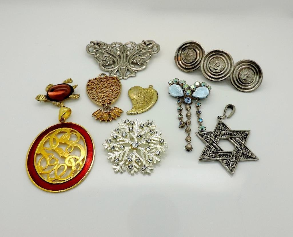 A GROUP OF BROOCHES