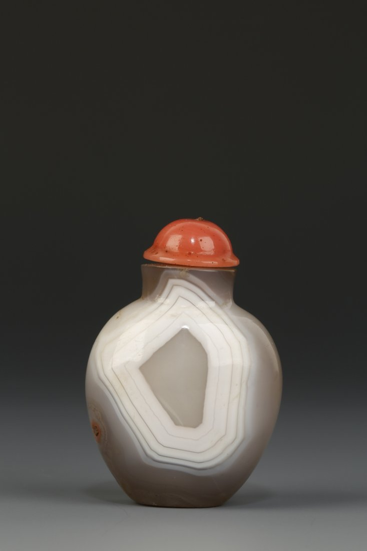 A 'THUMBPRINT' AGATE SNUFF BOTTLE of tapering ovoid for