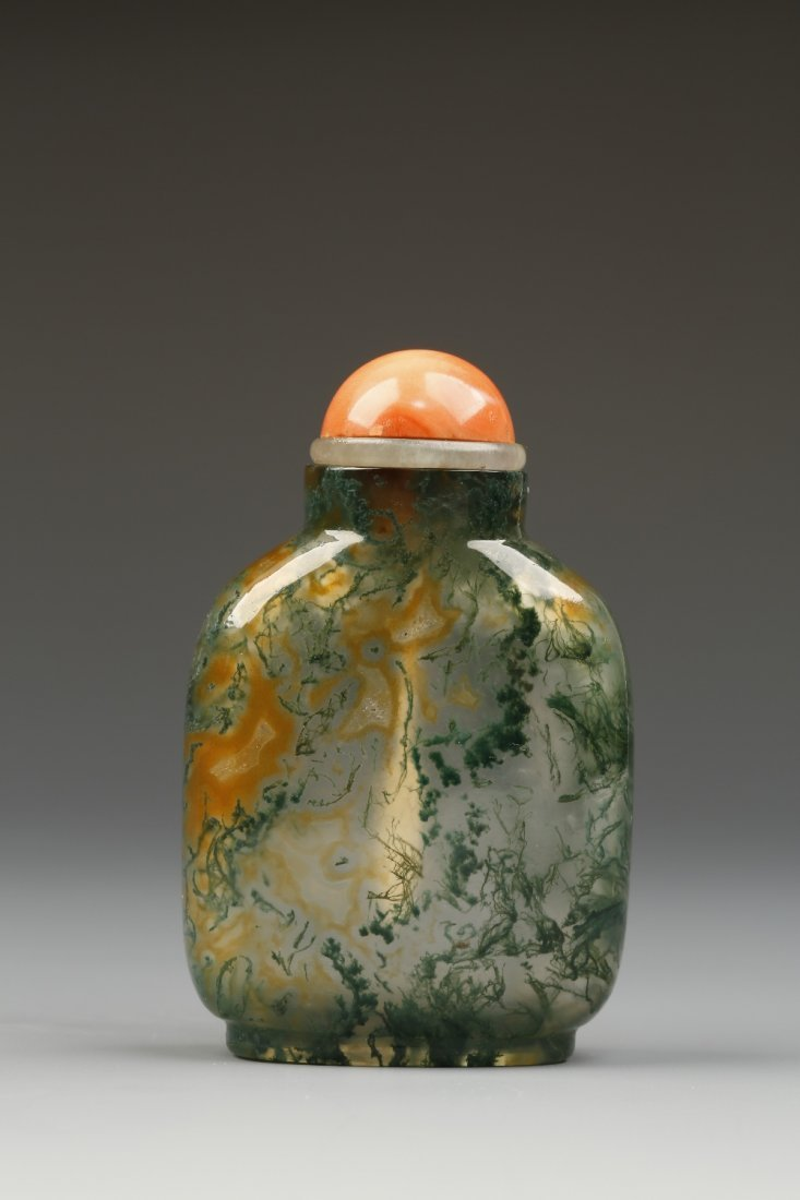A MOSS AGATE SNUFF BOTTLE of rounded rectangular form,