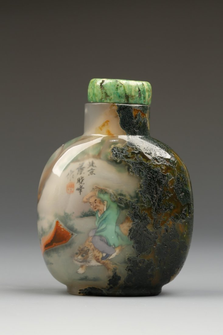 AN INSIDE-PAINTED MOSS AGATE SNUFF BOTTLE of rounded re