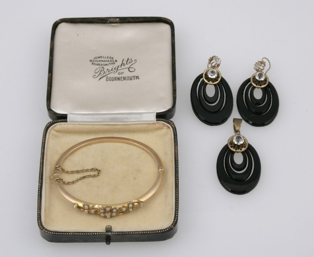A VICTORIAN UNMARKED YELLOW METAL BANGLE set with a clu