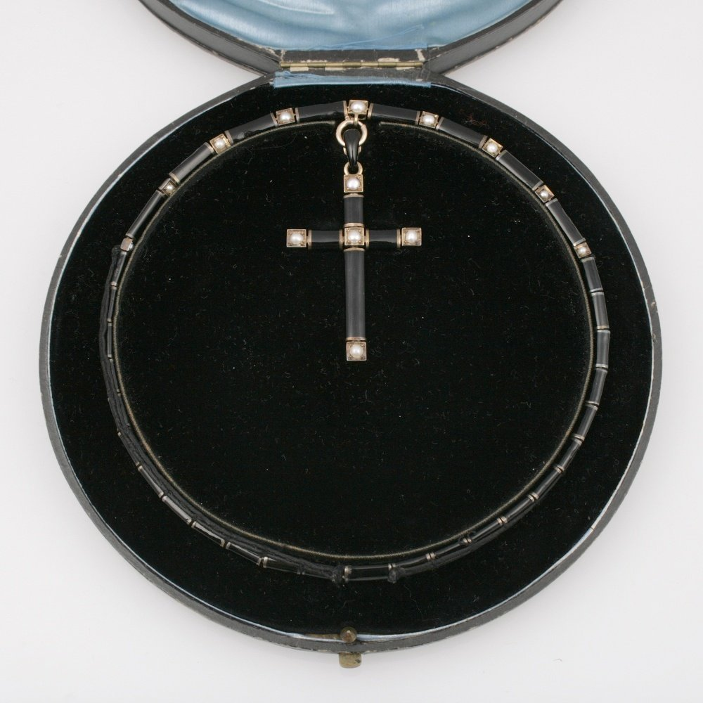 A 19TH CENTURY CONTINENTAL BLACK ENAMEL AND PEARL COLLA