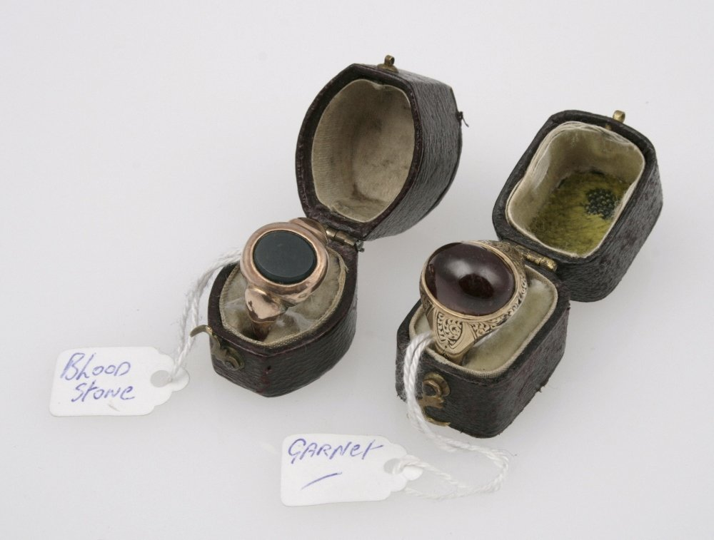 A 19TH CENTURY GENTLEMANS DRESS RING set to the centre