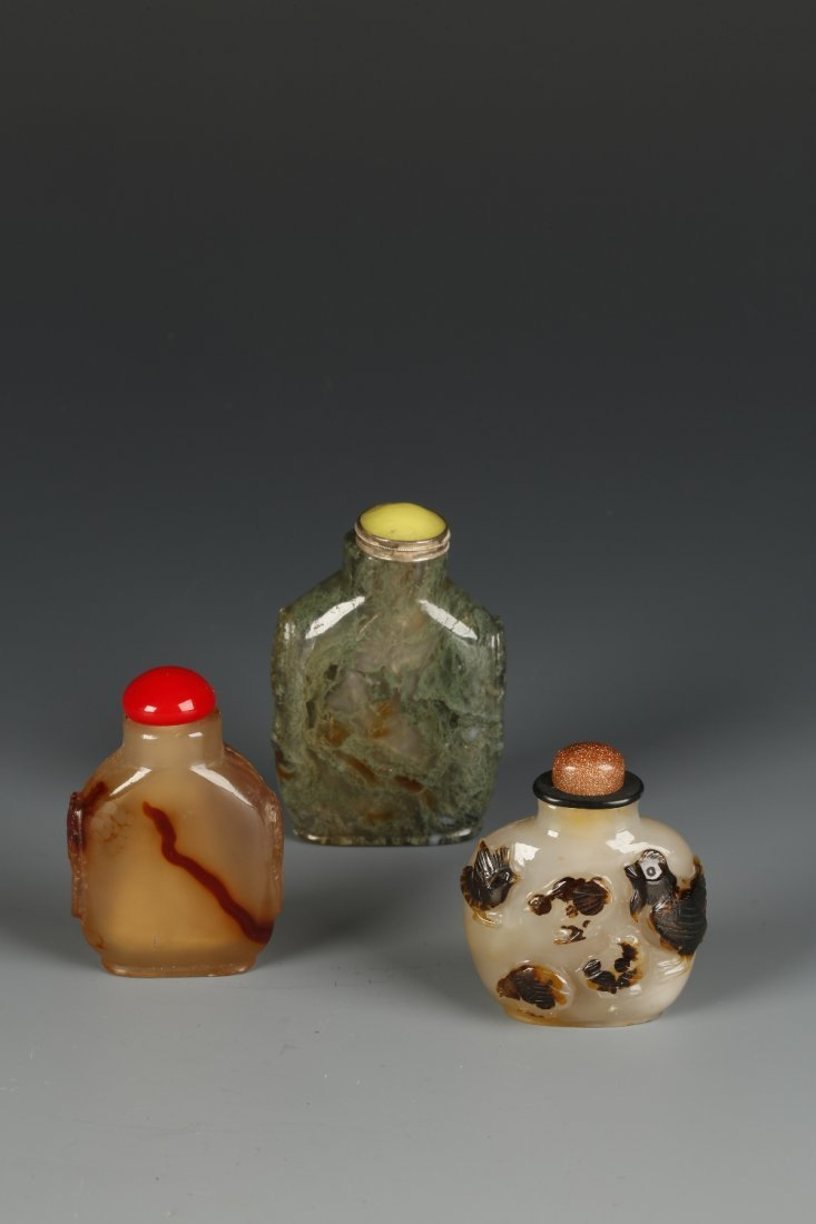 A CHALCEDONY SNUFF BOTTLE with brown inclusions, the