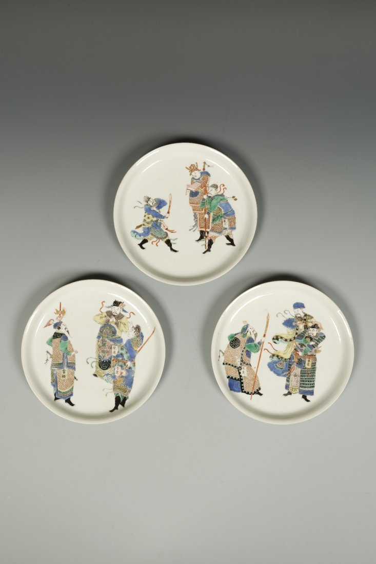 A SET OF THREE FAMILLE VERTE PLATES, each decorated
