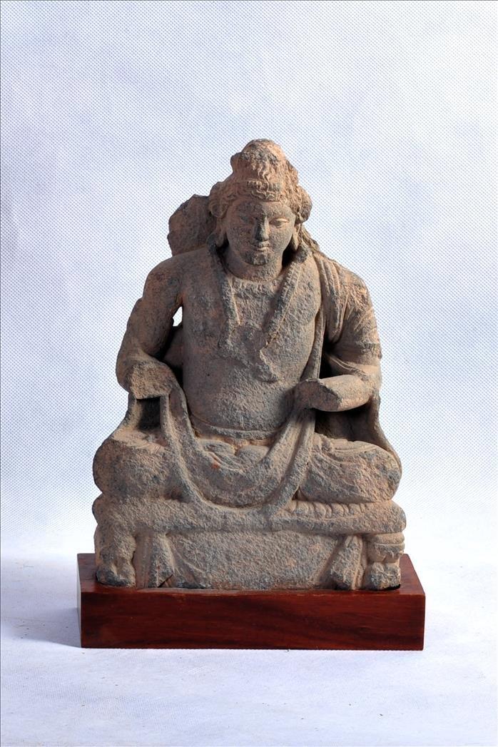 A LOVELY GANDHARAN GREY SCHIST SEATED SCULPTURE OF BUDD