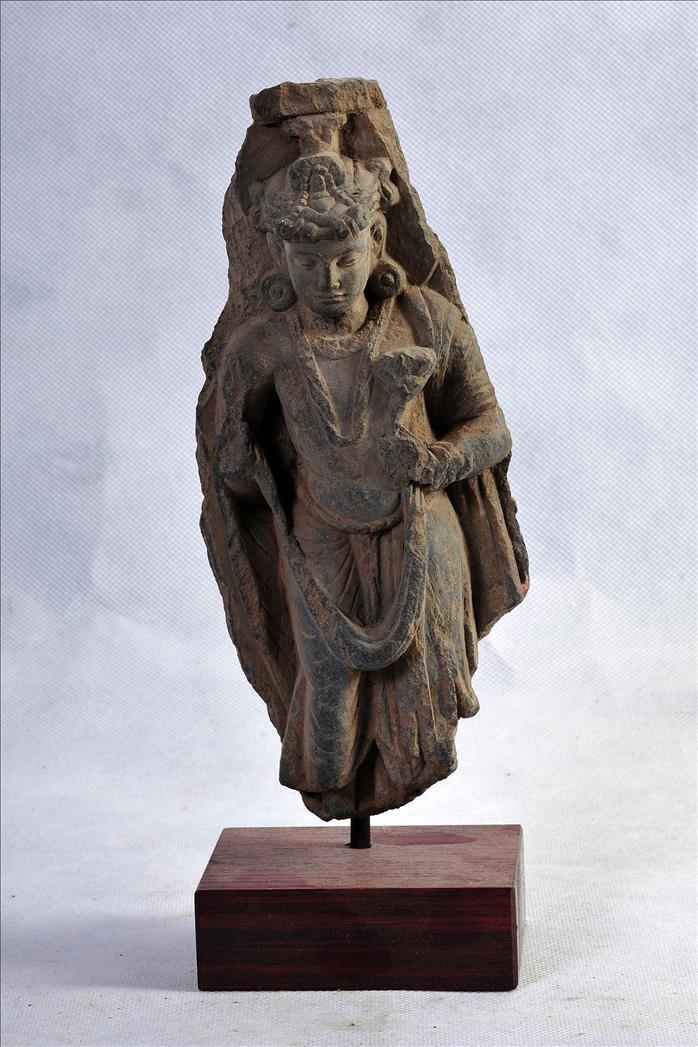 A NICE GANDHARAN SCHIST STANDING SCULPTURE OF YOUNG BUD