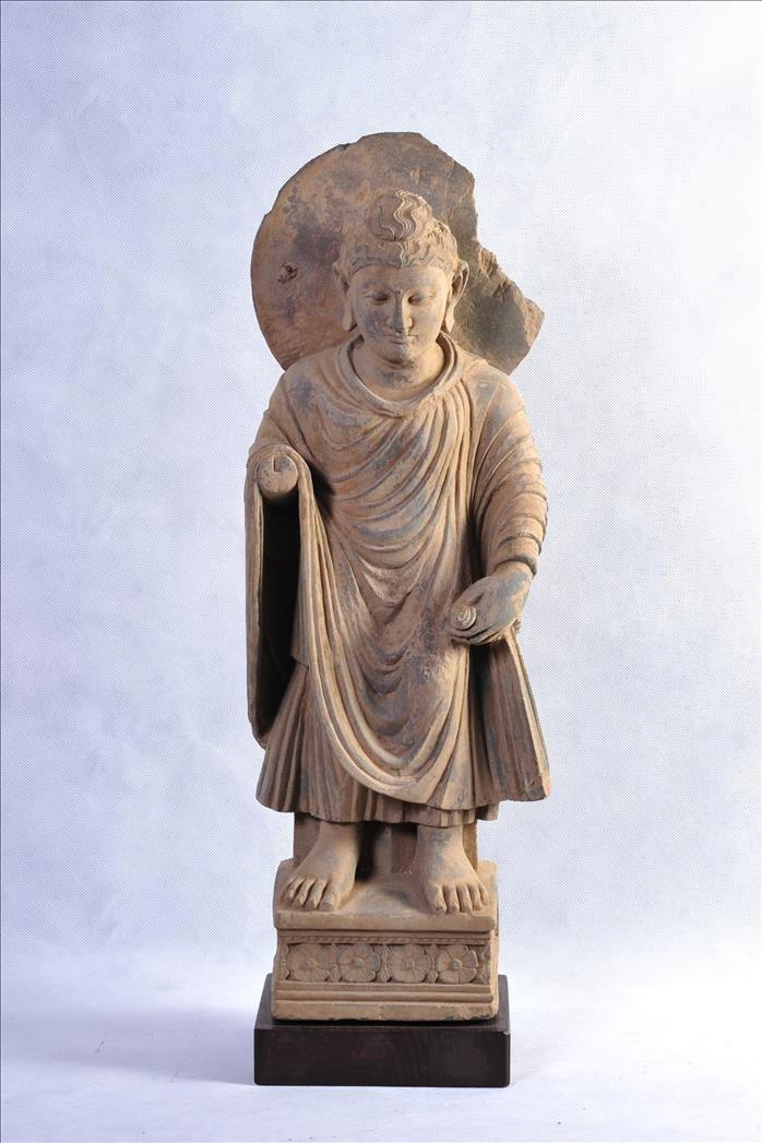 A NICE GANDHARAN GREY SCHIST SCULPTURE OF STANDING BUDD