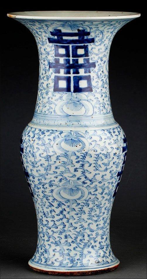 CHINESE PORCELAIN VASE BLUE AND WHITE