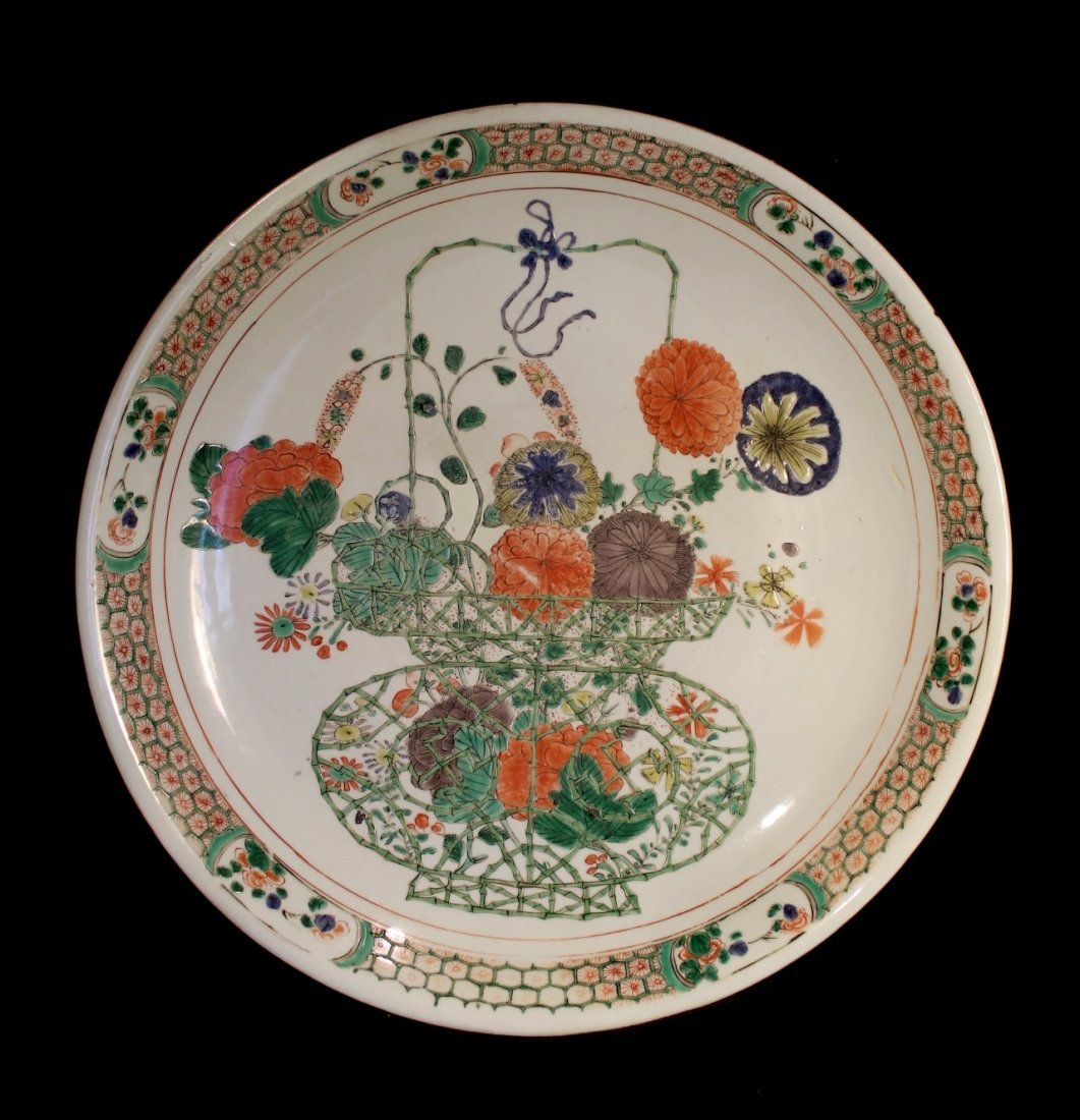 A LARGE CHINESE PORCELAIN FAMILLE VERTE DISH