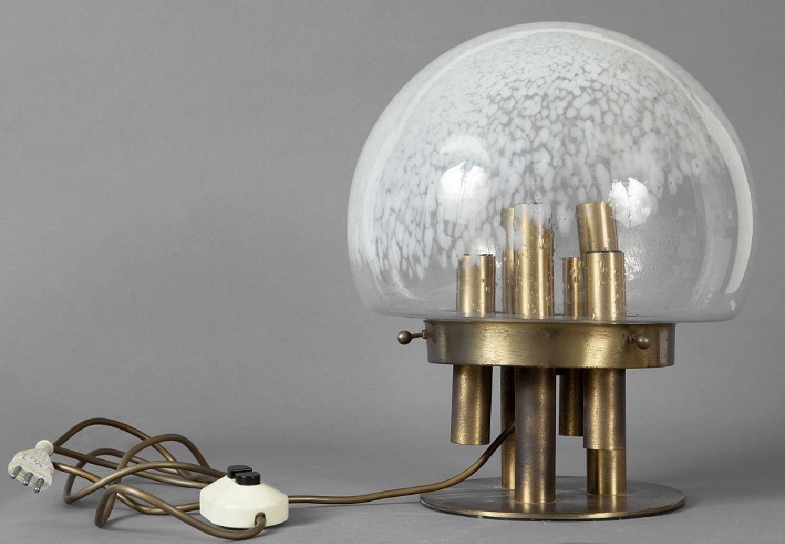UNA LAMPADA DA TAVOLO, anni '70.  Ottone