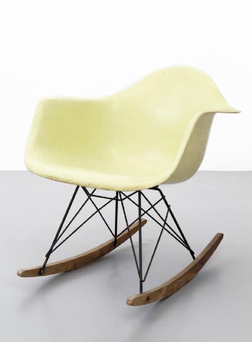 Charles Eames Una Sedia A Dondolo Della Serie
