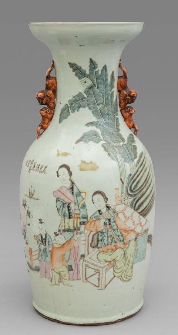 Vaso in porcellana bianca decorata con figure in