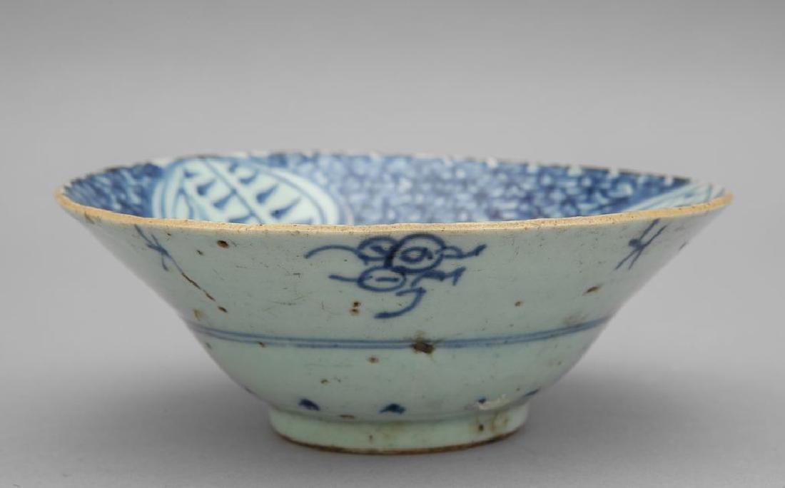 Coppa in porcellana bianca e blu a motivi