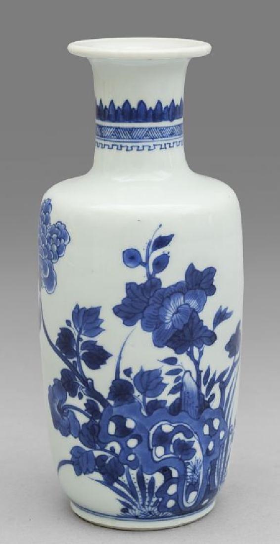 Vaso in porcellana bianca e blu decorato a motivi