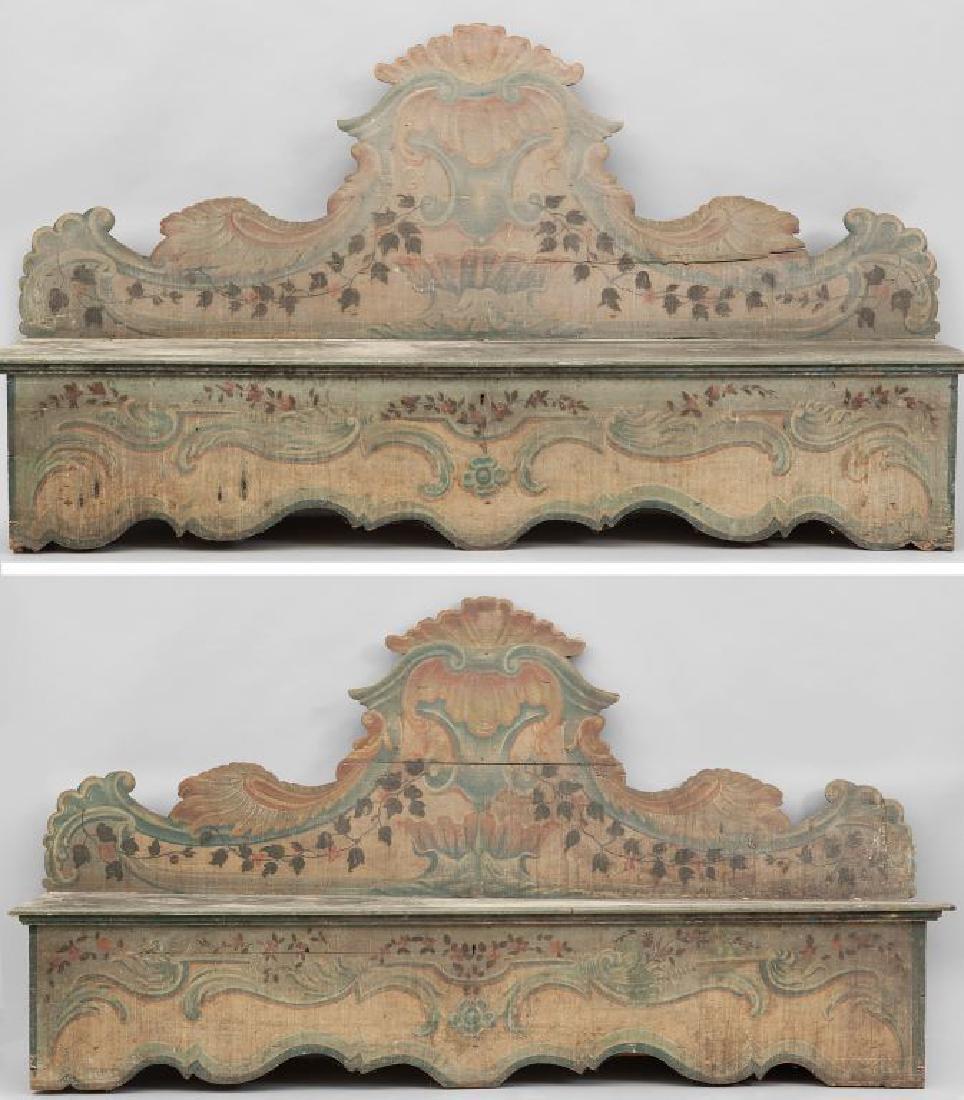 Coppia di panche con schienale in legno laccato