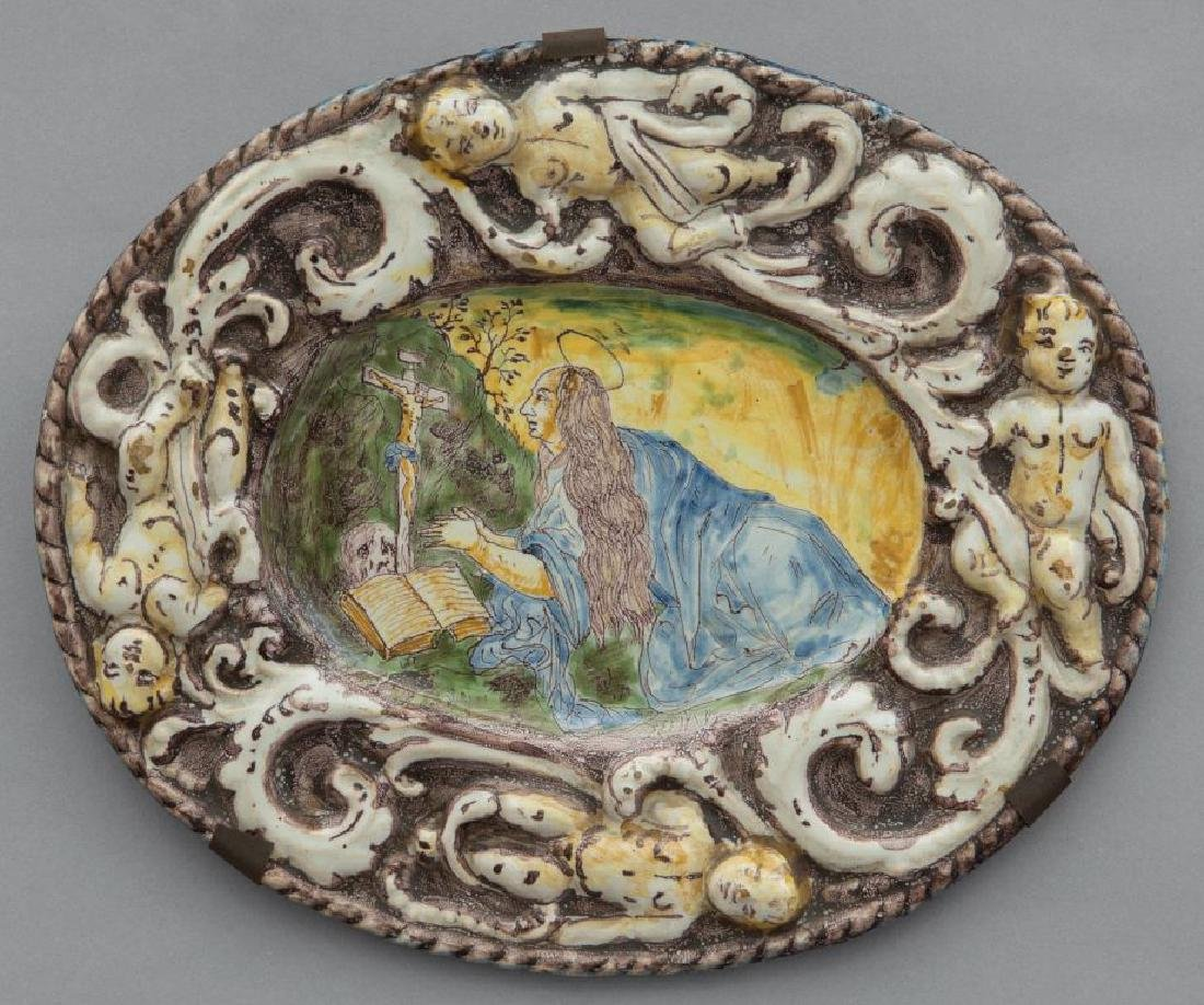 Piatto ovale in maiolica, bordo a rilievo, nel