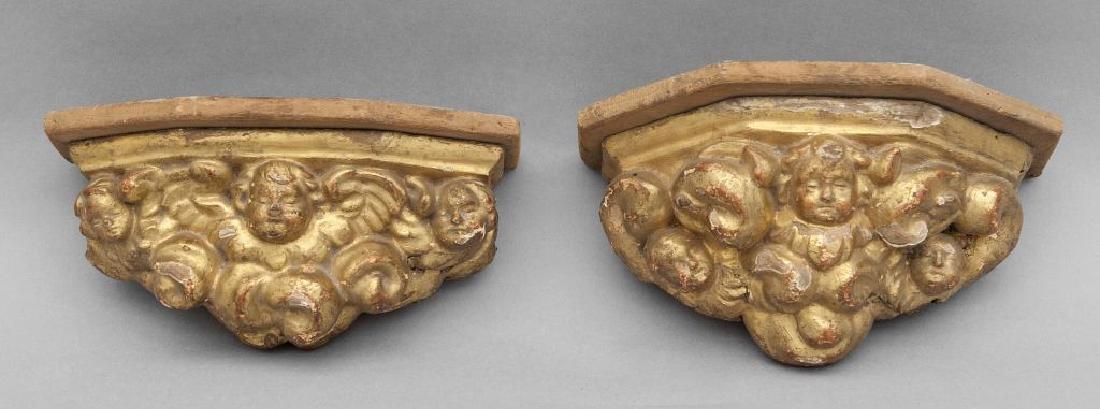 Coppia di piccole mensole in legno intagliato con