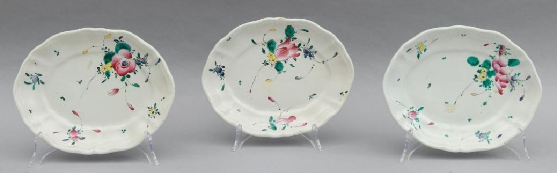 Tre vassoietti in ceramica, decoro alla rosa,