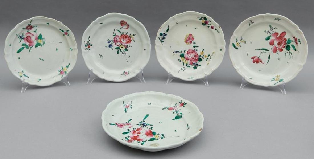 Tredici piatti diversi in ceramica, decoro alla