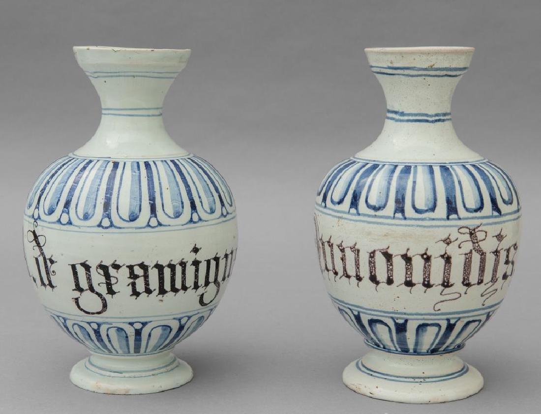 Coppia di bottiglie in maiolica bianca e blu,