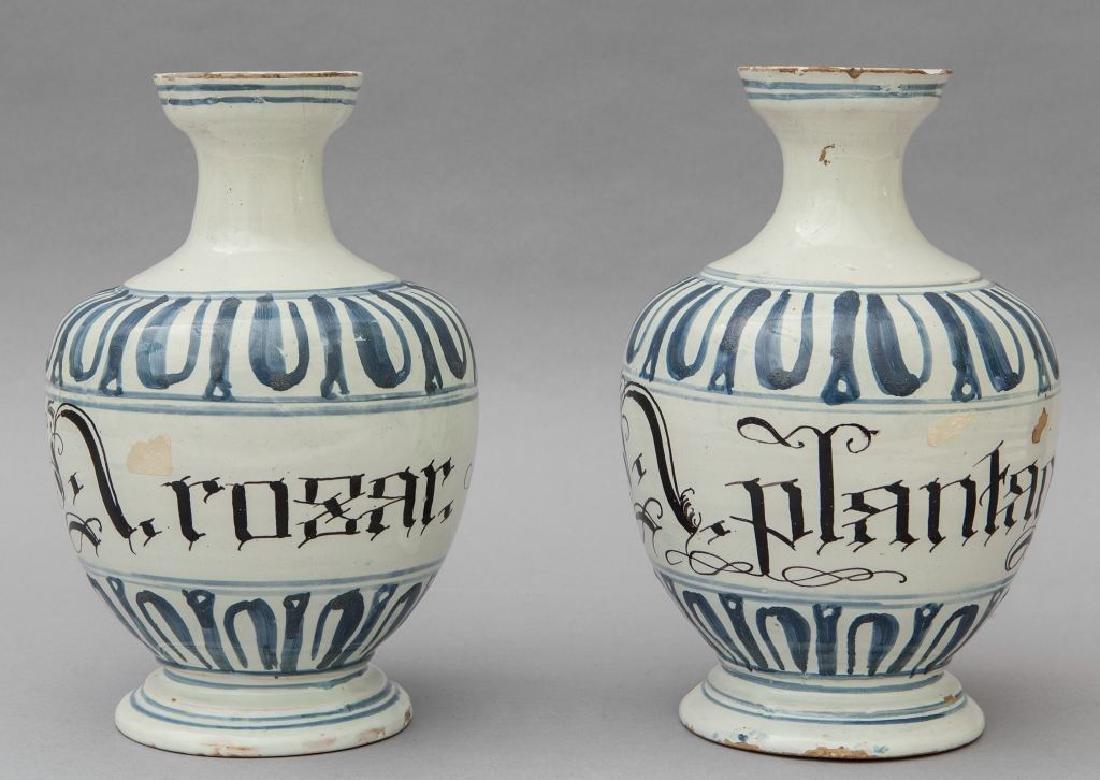 Coppia di bottiglie in ceramica bianca e blu,