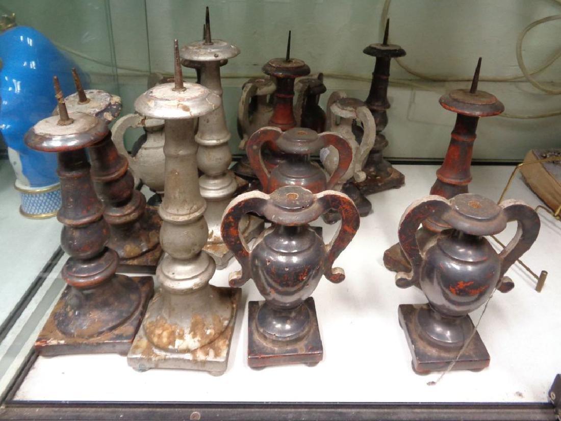 Otto vasetti e otto candelieri in legno argentato