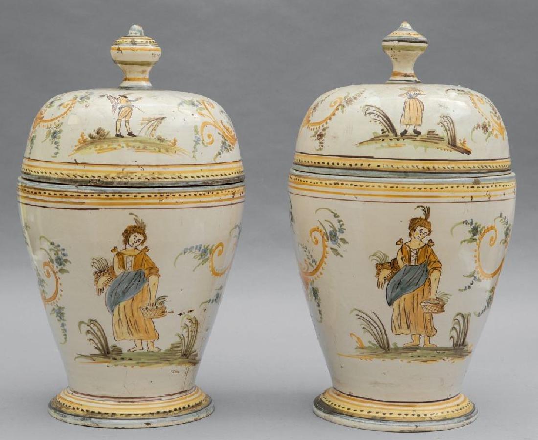 Coppia di vasi neoclassici con coperchio in