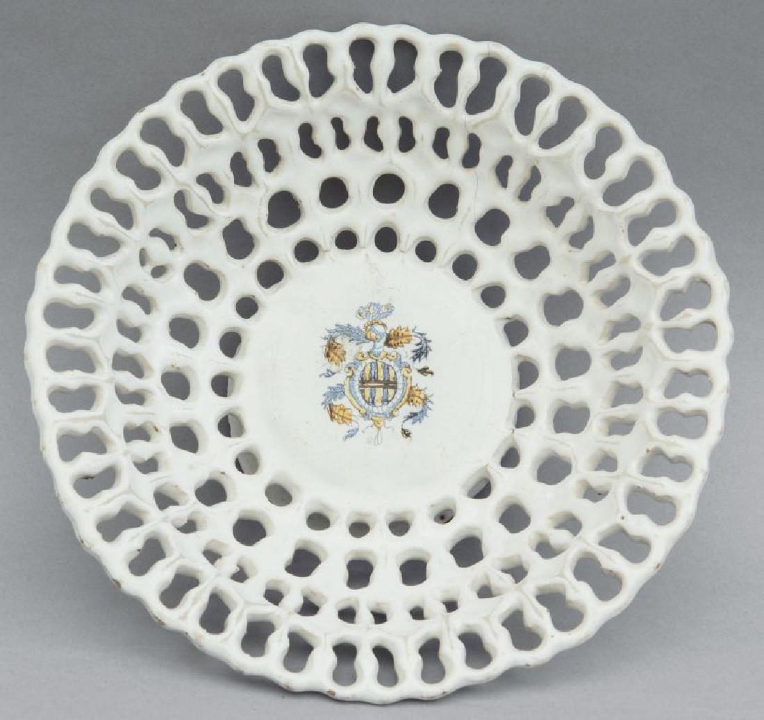Alzata traforata in ceramica bianca, stemma nel