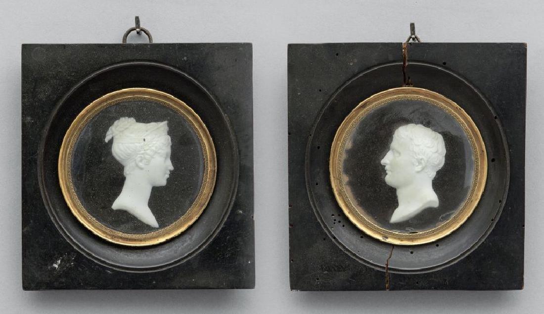 Coppia di biscuit a rilievo raffiguranti profili