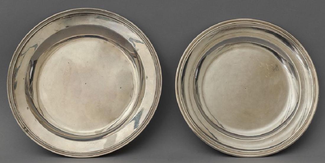 Due piatti rotondi in argento, uno punzonato