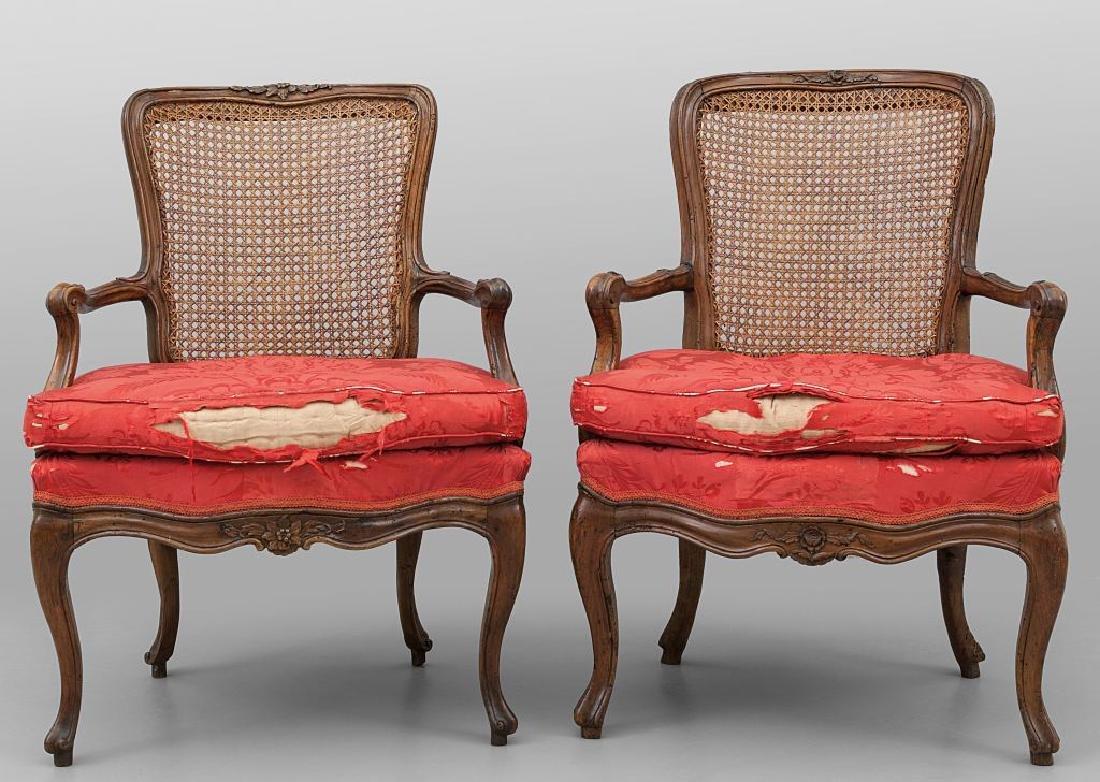 Coppia di poltrone Luigi XV in noce intagliato,