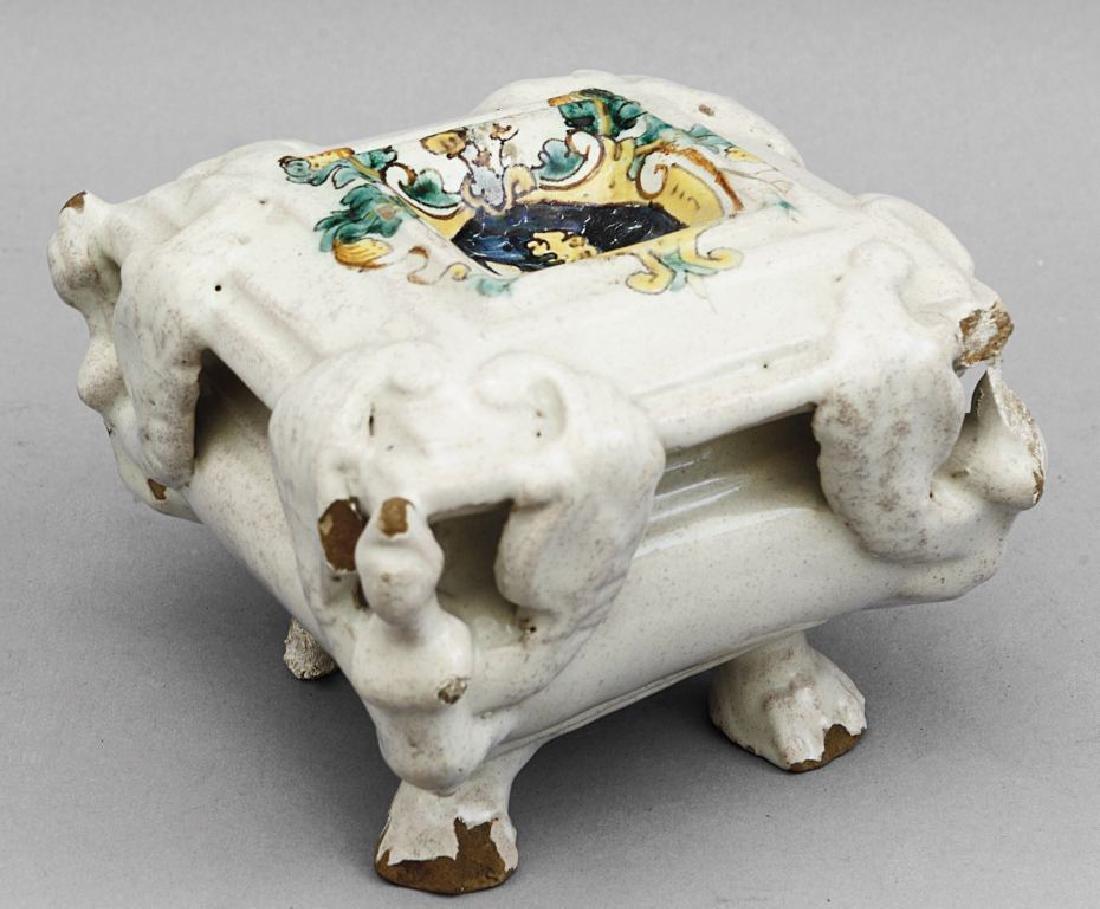 Grande saliera in ceramica bianca con stemma