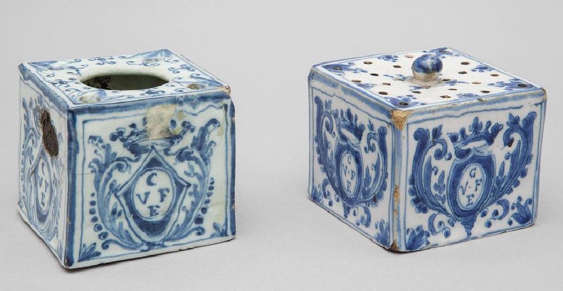 Calamaio e spargipolvere in ceramica bianca e blu