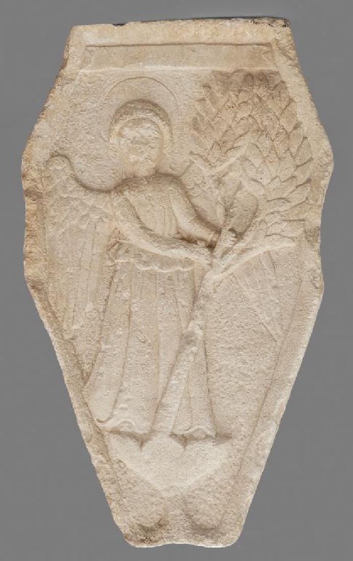 Frammento in marmo scolpito con angelo che regge