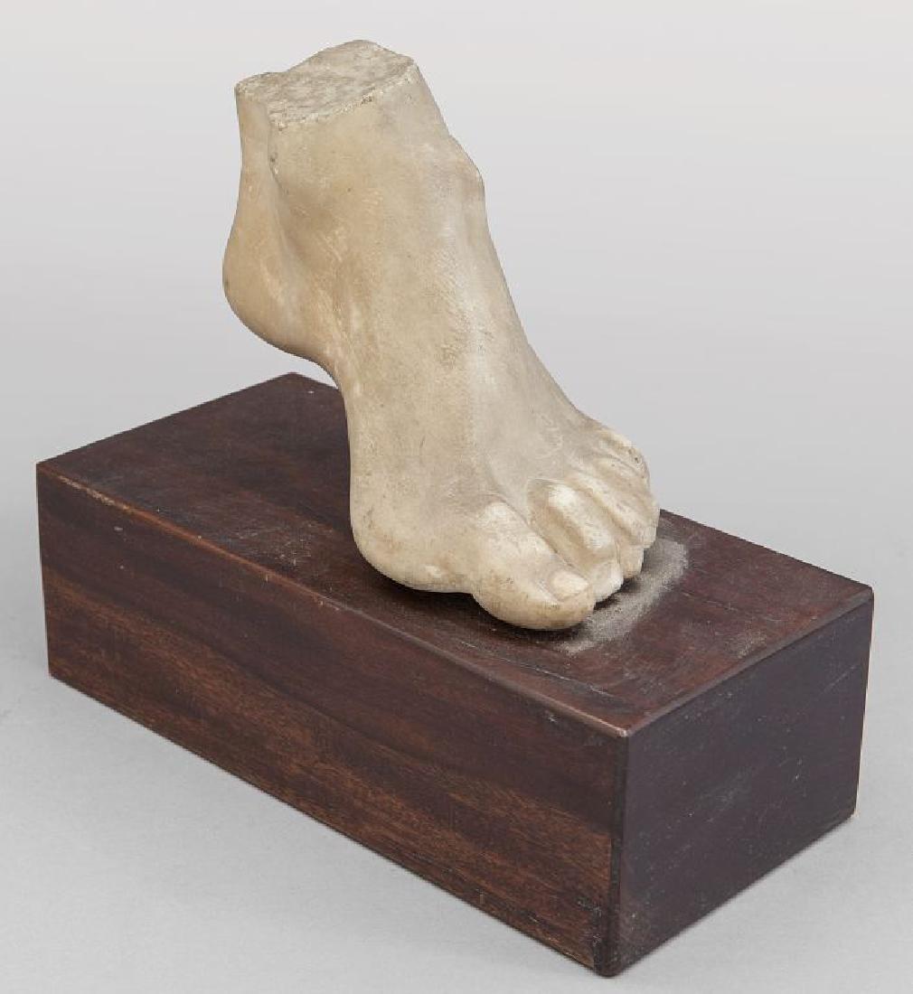 Frammento di marmo raffigurante un piede,