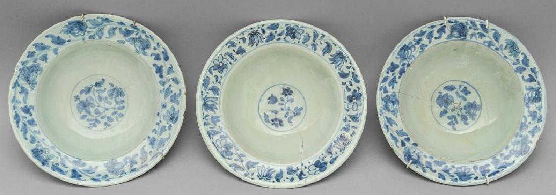 Tre piatti in ceramica bianchi e blu a decoro