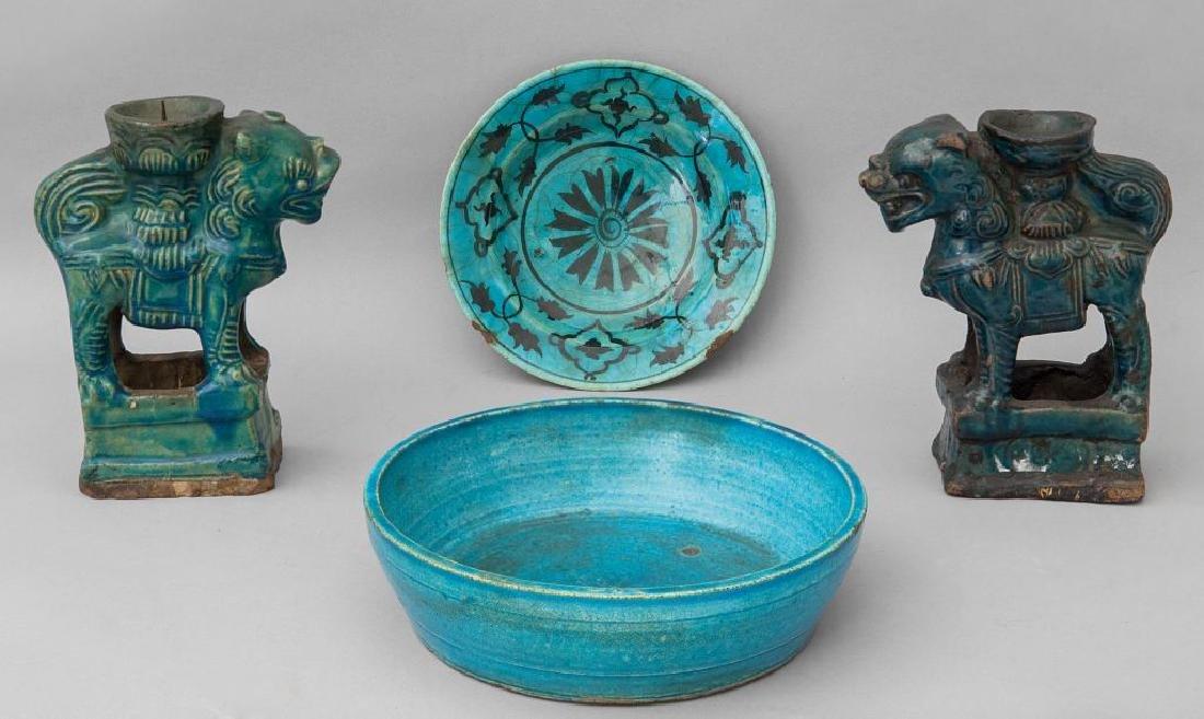 Quattro oggetti orientali in gres verde (due
